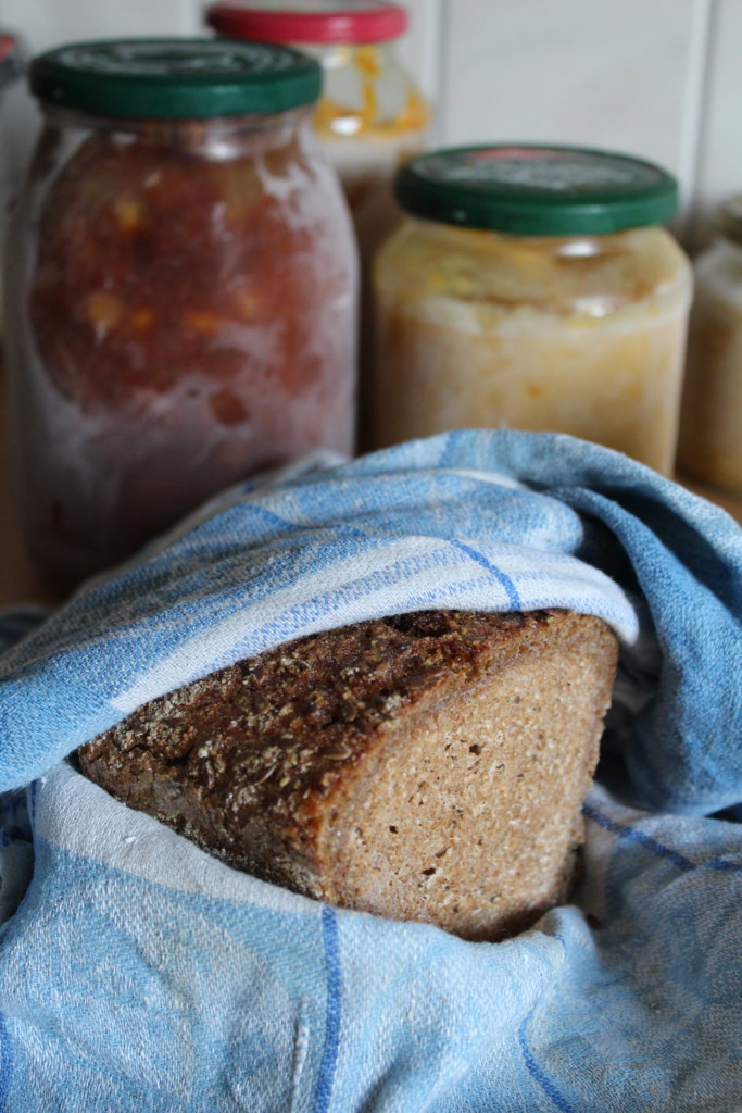 Brot einfrieren im Geschirrtuch Einfrieren ohne Müll und Plastik Zero Waste