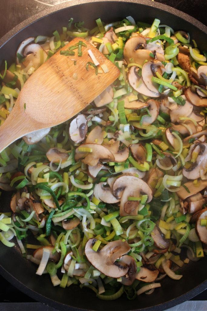 Gemüse anbraten Pilz-Lauch-Quiche viele kleine dinge
