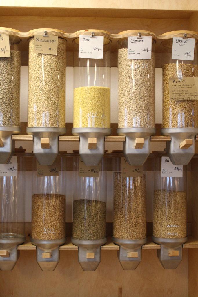Schütten mit Lebensmitteln bei Tante Lose in Wangen im Allgäu