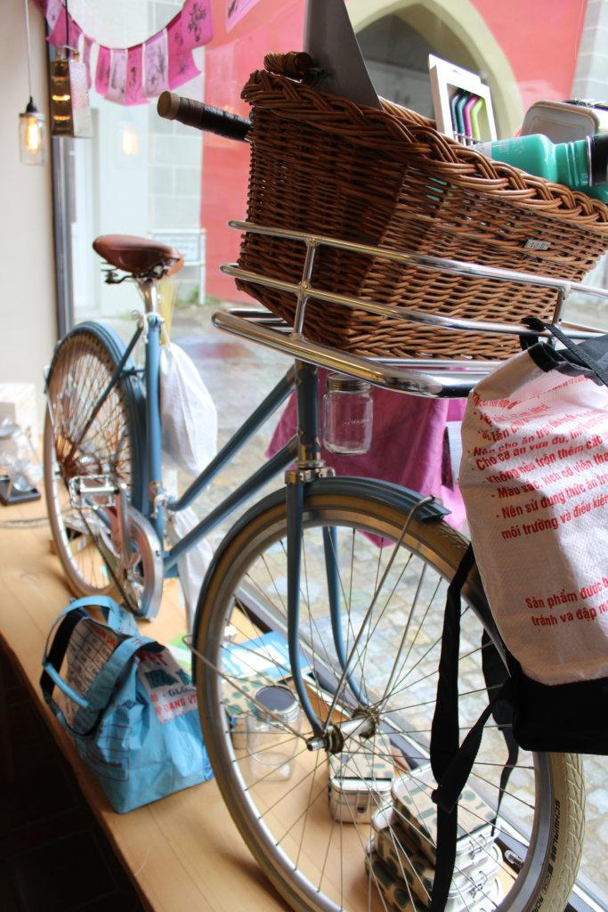 Fahrrad im Schaufenster von Tante Lose in Wangen im Allgäu