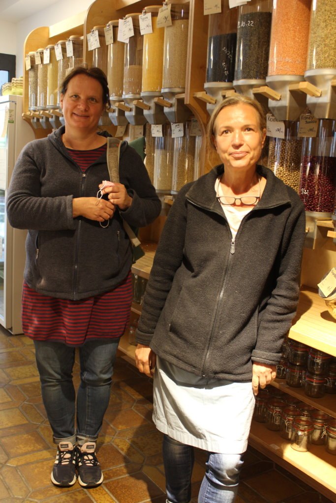 Uli Hülsse-Hartmann und Christine Lechelt, zwei der Betreiberinnen von Tante Lose, dem Unverpacktladen in Wangen im Allgäu