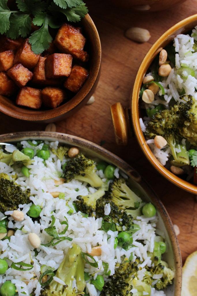 Reissalat mit Broccoli und Erdnusstofu