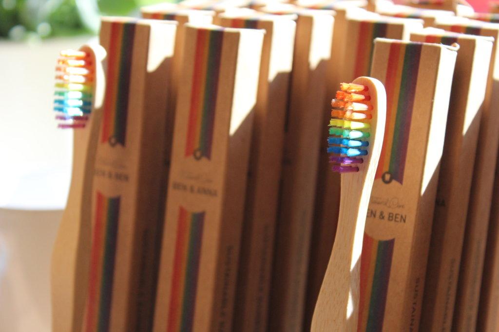 Zahnbürsten mit Regenbogen Borsten bei lecker unverpackt
